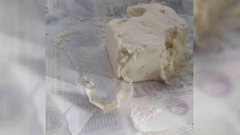 Бишкекчанин в твороге «Белая река» обнаружил кусок ткани. Фото