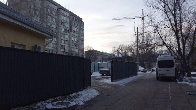 Законно ли на улице Скрябина устроили платную парковку?