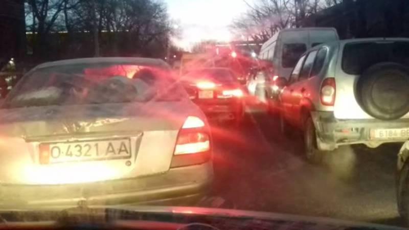 Бишкекчанин жалуется на пробку на улице Айни. Видео
