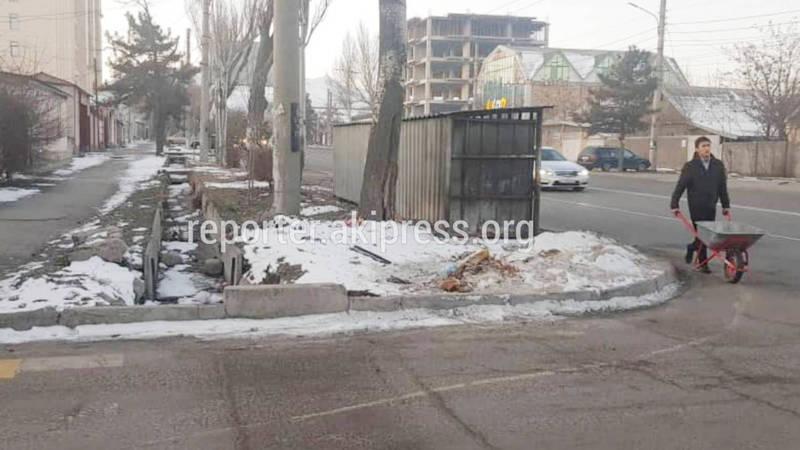 На ул.Юнусалиев мусорные контейнеры полностью закрывают обзор водителям. Видео