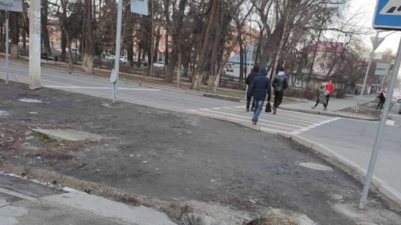 Возле школы №9 в Бишкеке пешеходный переход упирается в арык. Фото