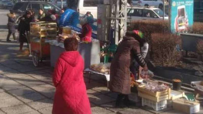Бишкекчанин: На Абдрахманова-Московской на тротуаре продается и еда, и одежда