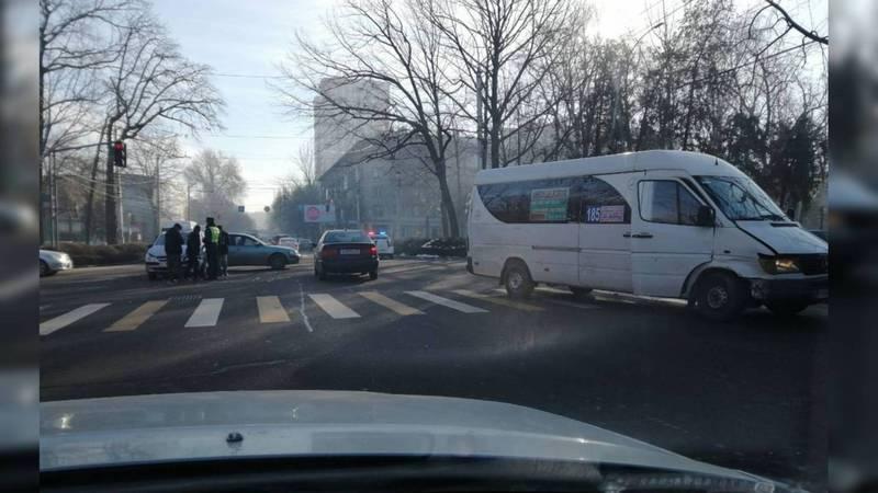 На Киевской-Эркиндик с участием маршрутки произошло ДТП (фото)