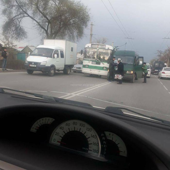 На ул.Гагарина маршрутка выехала на встречку и создала помеху троллейбусу (фото)