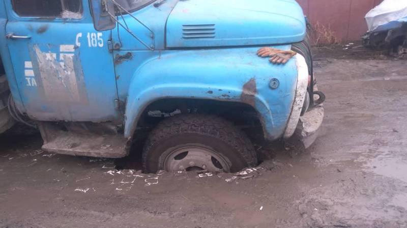 Фото — Мусоровоз «Тазалыка» провалился в яму на дороге