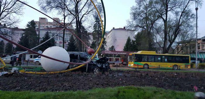 Машина влетела в «Планетарную модель атома» на проспекте Чуй <i>(фото, видео)</i>