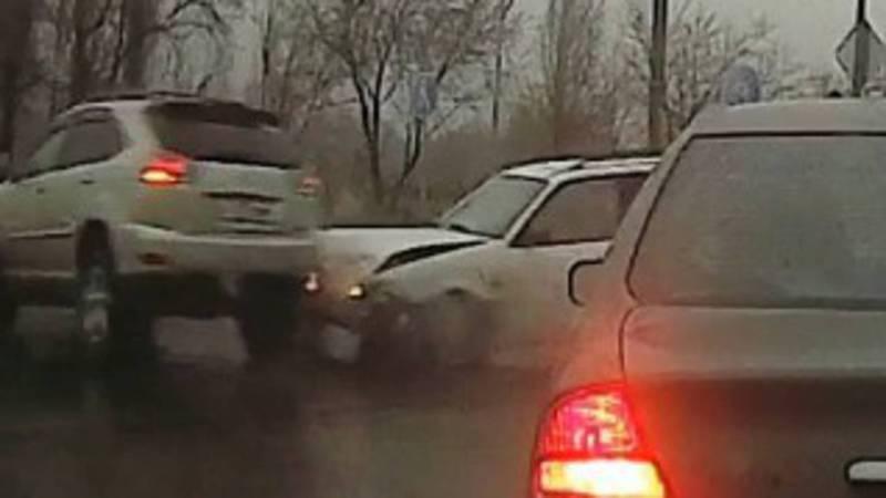В Бишкеке столкнулись «Тойота» и «Фольксваген». Момент столкновения попал на видеорегистратор