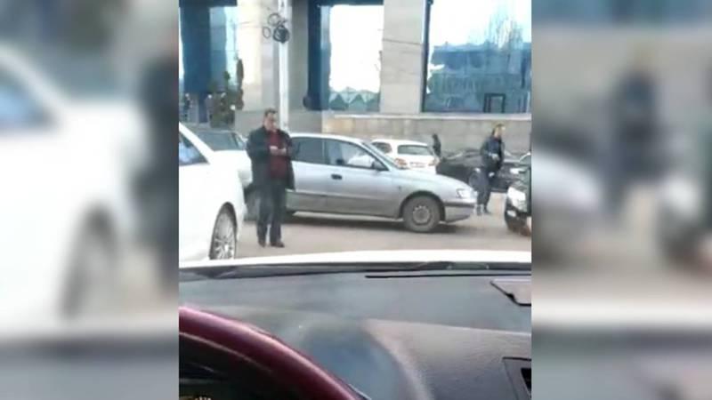На ул.Шопокова возле ЦУМа водители паркуются в два ряда. Видео