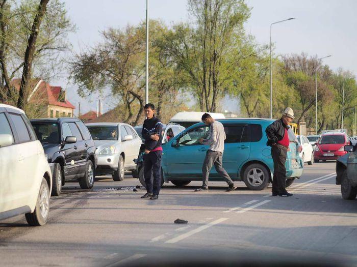 На ул.Шабдан Баатыра в Бишкеке столкнулись 3 машины и заблокировали проезд <i>(фото, видео)</i>