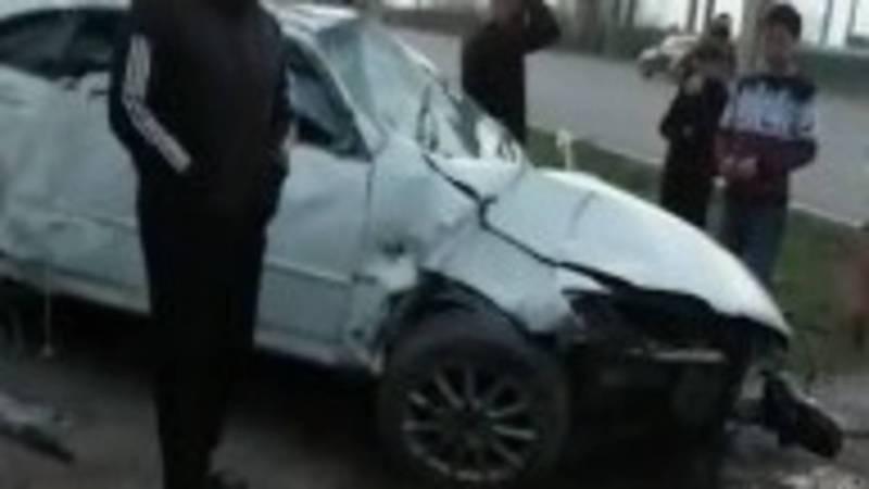 На ул.Льва Толстого водитель легковушки врезался в бетонный столб. Видео