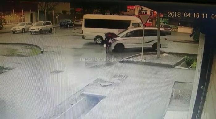 На участке ул.Куттубаева в Бишкеке девушка чуть не попала под машину <i>(видео)</i>