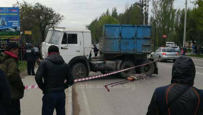 <b>В Бишкеке на Ауэзова-Исакеева грузовик насмерть сбил двух пешеходов <i>(фото)</i></b>