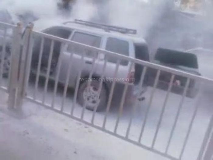 В Бишкеке на Толстого—Молодой Гвардии сильно задымилась машина <i>(видео)</i>