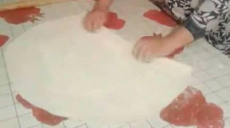 Карантин-челлендж: В Таласе женщины участвуют в эстафете в нарезании лапши. Видео