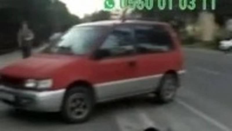 Горожанин припарковал свой Mitsubishi на тротуаре. Видео очевидца