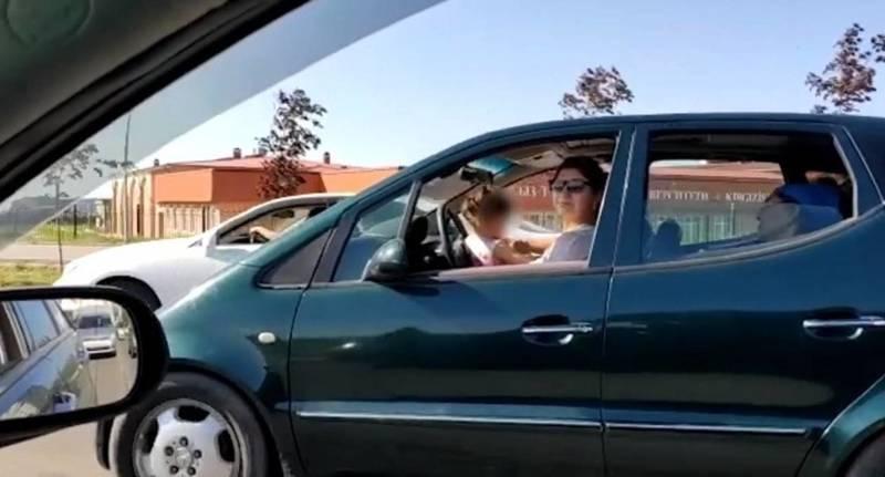В Бишкеке женщина ехала за рулем с маленьким ребенком. Видео очевидца