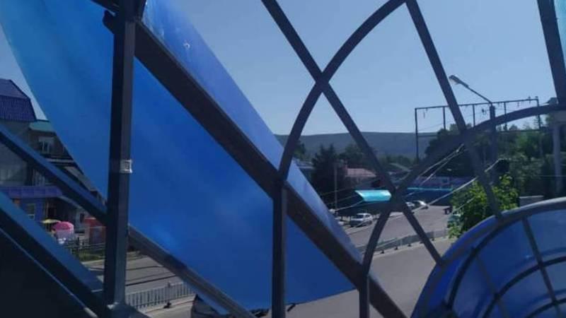 Житель Жалал-Абада жалуется, что у надземного перехода слетела крыша. Фото
