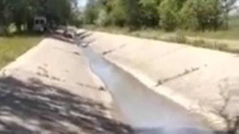 Каналдын жээгине килемдерди жууса болобу, деп Кун-Туу айыл тургуну сурап жатат. Видео