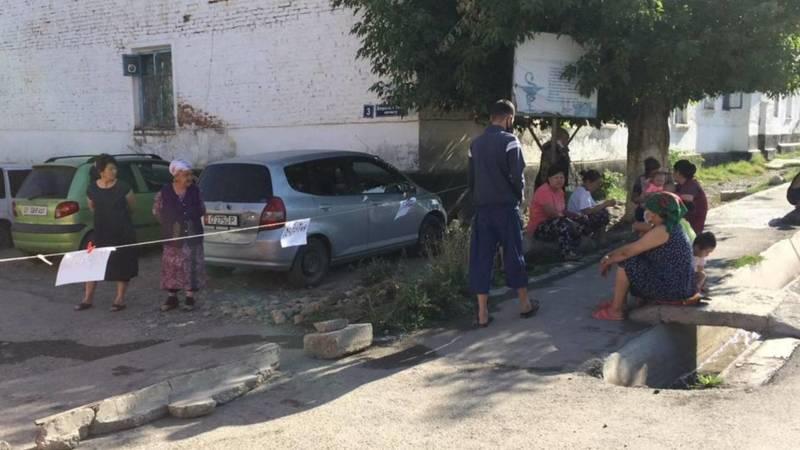 В Оше жители перекрыли заезд в морг межобластной больницы. Фото