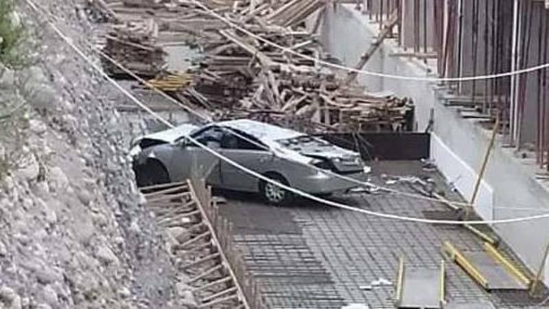 В Бишкеке Toyota Camry влетела в котлован стройки. Видео