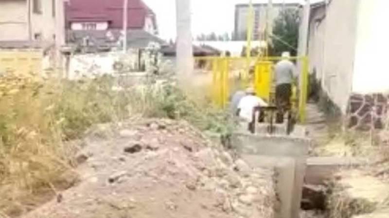 На улице Бакаева работа по прокладке труб для газа приостановлена