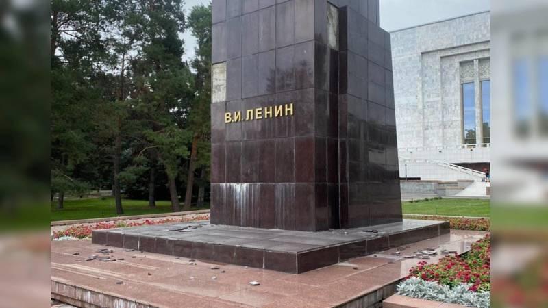 Постамент памятника Ленину на Старой площади начал разрушаться. Фото