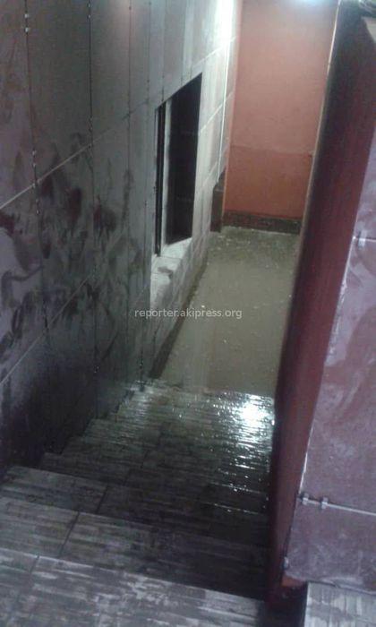В Нижнем Джале вода потоком заливает подвал жилого дома <i>(видео)</i>