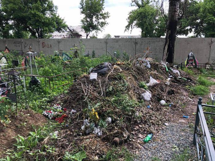 Начальника ЖКХ Лебединовки оштрафовали и выдали предписание за мусор на кладбище «Восток»
