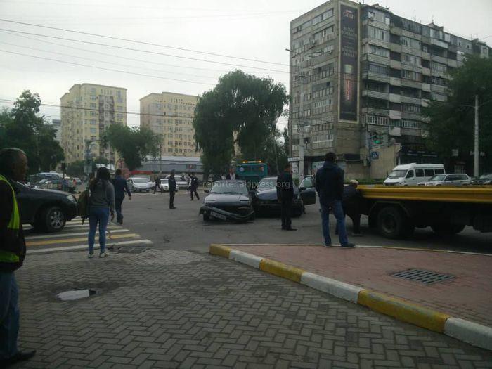 Фото — В Бишкеке на Манаса-Боконбаева столкнулись две легковушки