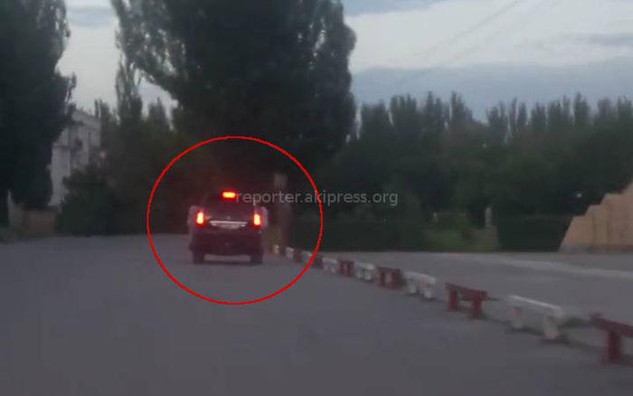 Видео — Два мальчика ехали, вцепившись за боковые стекла «Лексуса»