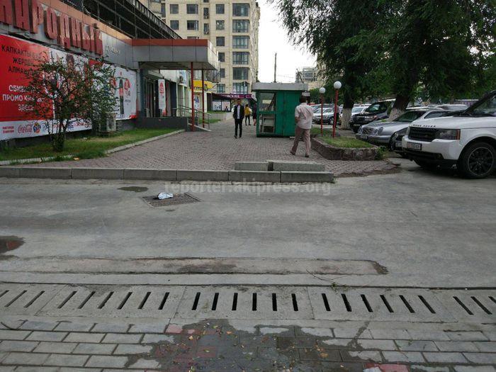 «Бишкекасфальтсервис» уберет бордюры старого тротуара на ул.Токтогула сегодня