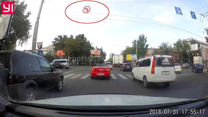 Видео — Водитель кабриолета «Крайслер Себринг» нагло нарушил ПДД в центре Бишкека