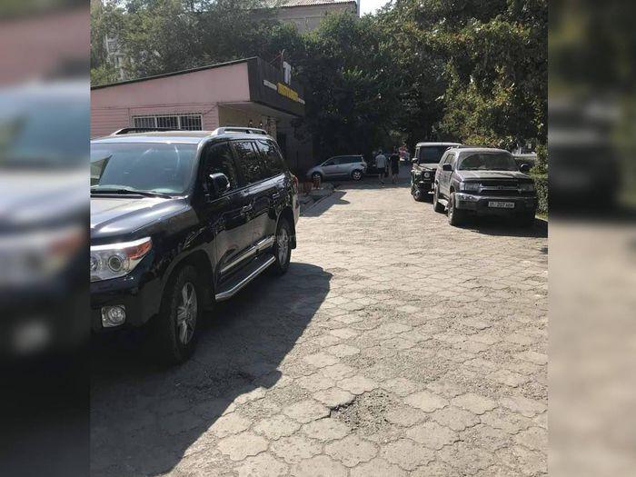 На отрезке проспекта Чуй машины постоянно паркуются на тротуаре, - горожанин (фото)
