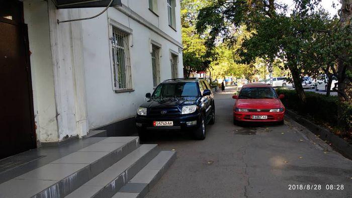 На ул.Московской машины заблокировали путь пешеходам (фото)