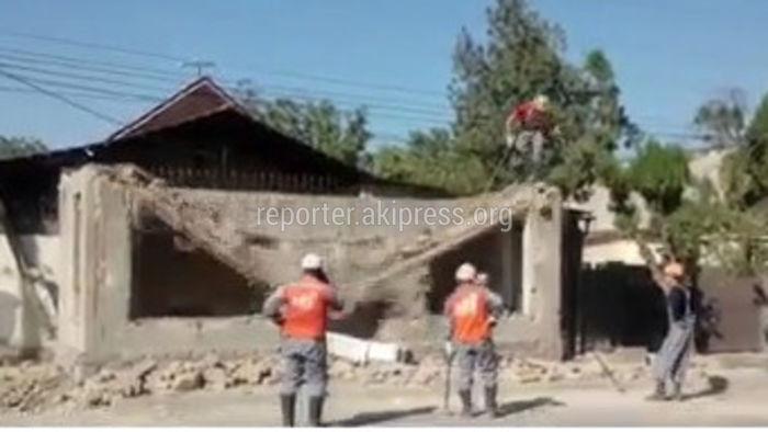 Незаконно установленный магазин на Тоголок Молдо-Васильева снесли (видео)