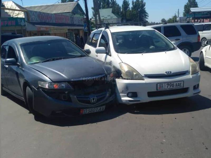На Орозбекова-Щербакова столкнулись два автомобиля из-за отсутствия светофора, - очевидец (видео)