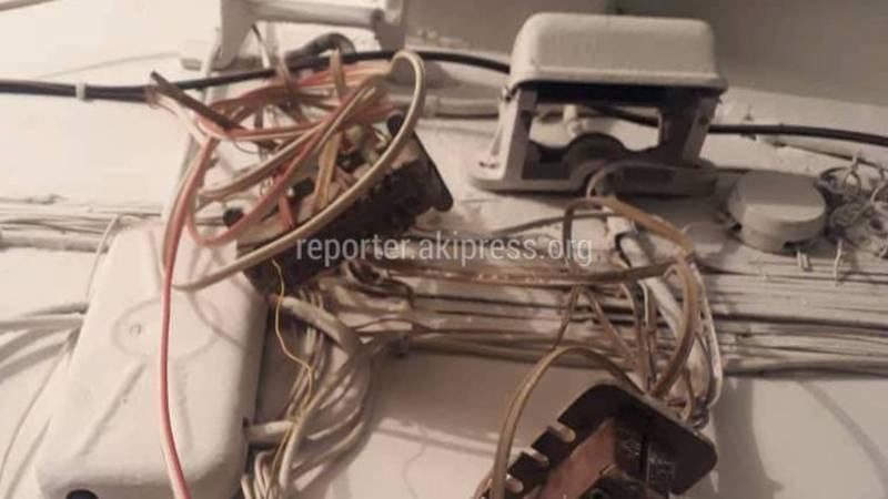 В доме №106 на улице Ахунбаева в подъездах оголенные провода