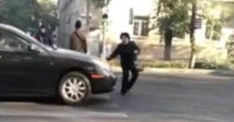 Видео — Водитель на «зебре» наехал на женщину и даже не остановился
