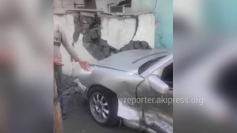 «Злосчастный перекресток»: На Баялинова-Орозбекова машина врезалась в забор дома. Четвертый случай за октябрь