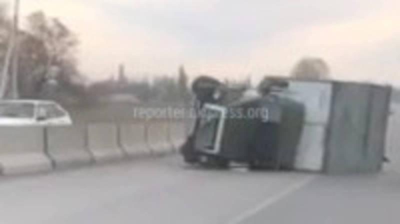 На участке автотрассы Бишкек—Кара-Балта грузовик перевернулся после ДТП (видео)