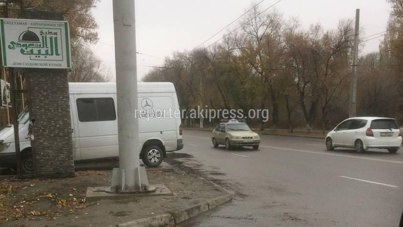 Бишкекчанин считает, что парковка напротив здания УОБДД организована с нарушением
