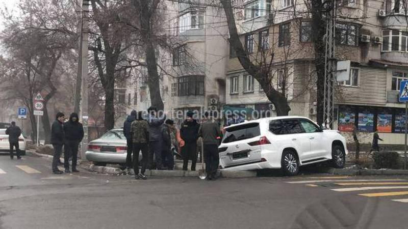 Фото — «Тойота Камри» и «Лексус» слетели с дороги после столкновения