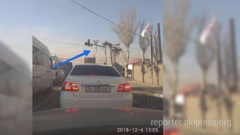 На пересечении улиц Ахунбаева и Юнусалиева над проезжей частью висит труба