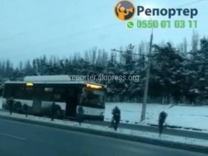 Видео — Троллейбус ехал по встречной полосе