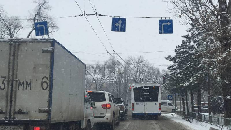 На Айтматова-Горького троллейбус повернул с запрещенной полосы (фото)
