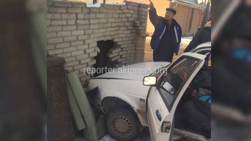 Видео — На пересечении Кайназарова-Абдыраева машина врезалась в ограждение