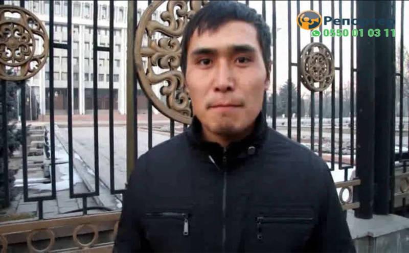 Видео — Милиция нашла мужчину, плюнувшего в сторону Белого дома. Он был в Тоне