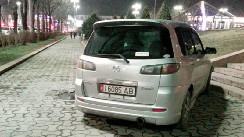 На пр.Манаса водитель «Мазды» заехал на тротуар, - читатель (фото)