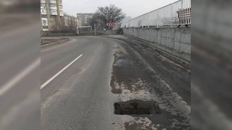 В Бишкеке на Масалиева - Малдыбаева отсутствуют ливнеприемные решетки (фото)
