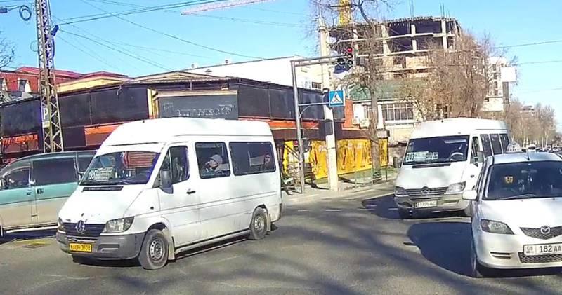 Видео – На Байтик Баатыра-Медерова два маршрутных буса №195 и №243 проехали на красный свет светофора